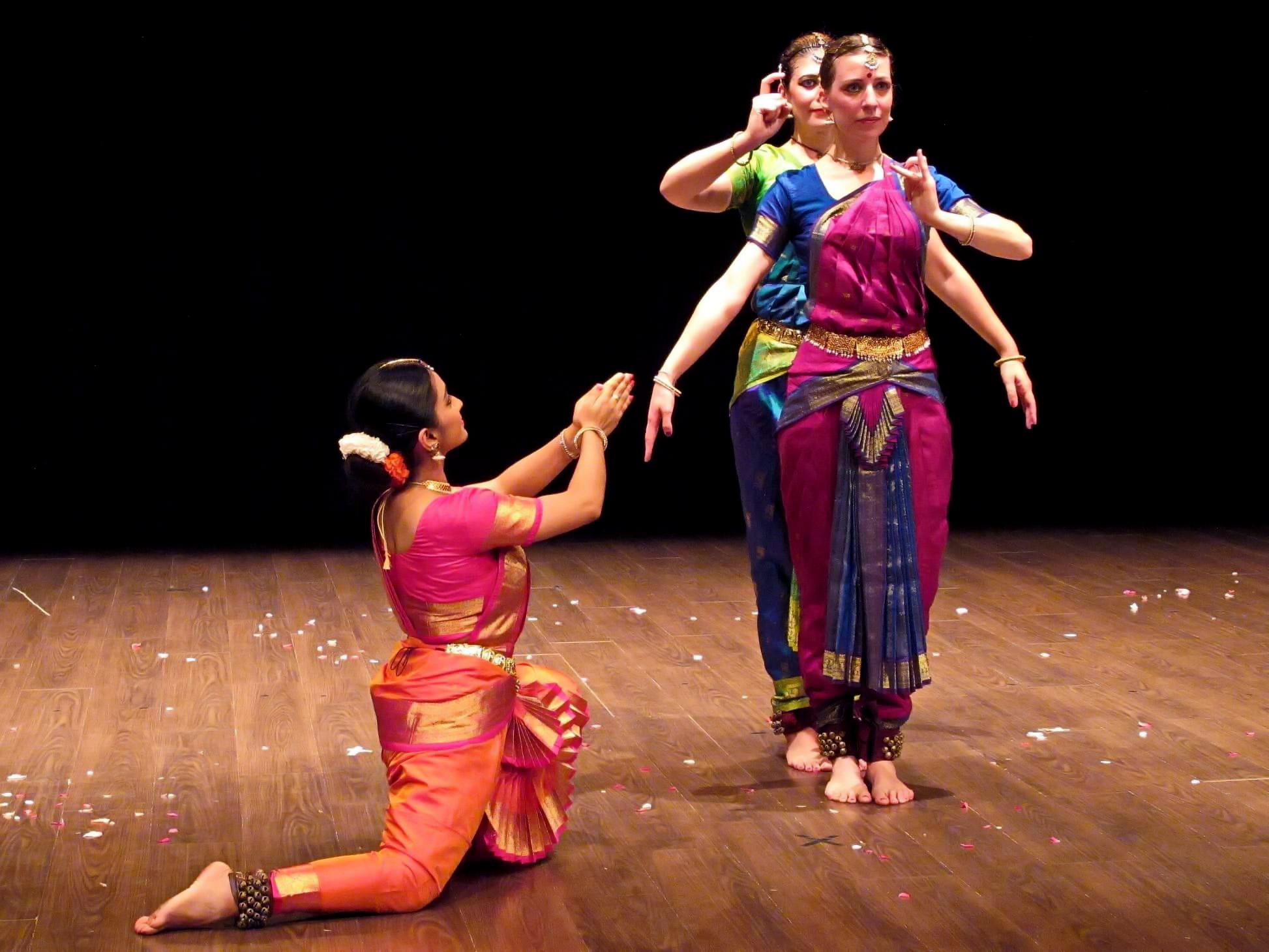 Sagome Teatro - Corsi di Danza Indiana
